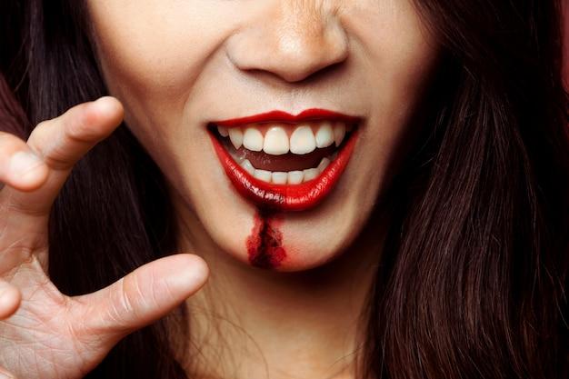 Mund des mädchens mit zombie-make-up