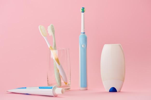 Mundpflegeprodukte, zahnbürste, zahnpasta und zahnseide. konzept der morgendlichen gesundheitsverfahren