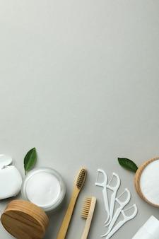 Mundpflegezubehör auf grauem hintergrund