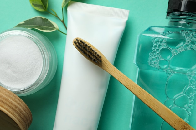 Mundpflegezubehör auf neuwertigem hintergrund