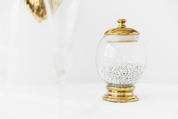 Mundspray im glasbehälter auf weißer tabelle