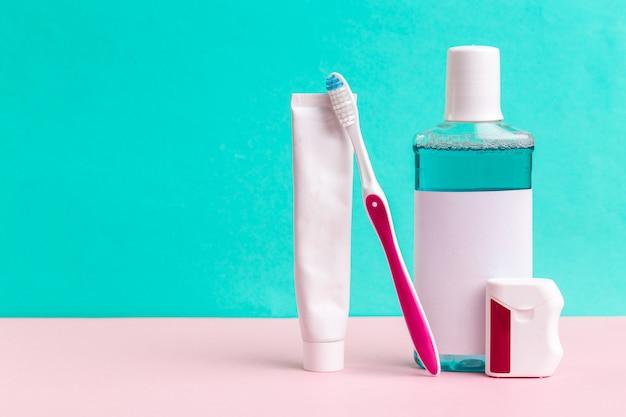Mundwasser und zahnbürste für die gesunde pflege der mundhöhle