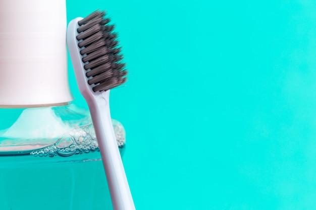Mundwasser und zahnbürste für eine gesunde mundhöhlenpflege