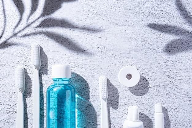 Mundwasser, zahnbürste, zahnpasta und zahnseide