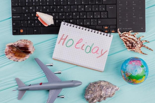 Muschel, miniaturspielzeugflugzeug und globus auf blauem, buntem, modernem modehintergrund. urlaubsreisen sommerwochenende meer abenteuer reise konzept.
