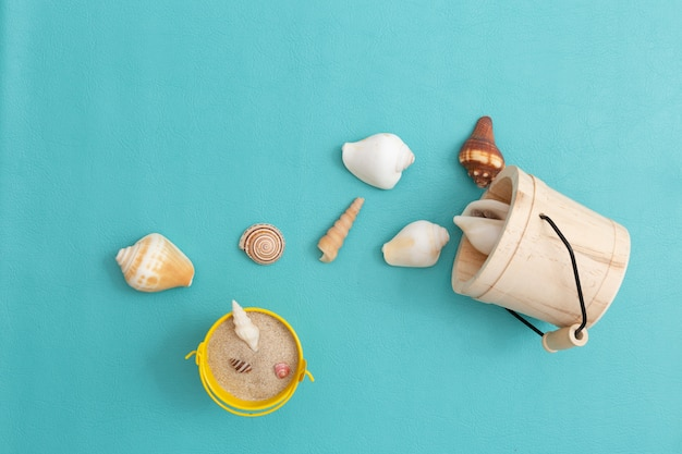Muschel mit sand auf farbhintergrund.