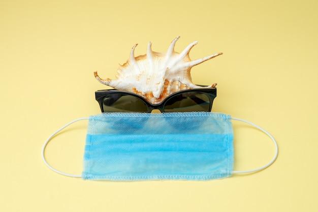 Muschel mit sonnenbrille und medizinischer maske