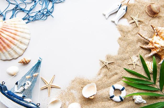 Muscheln auf sand. reisekonzept