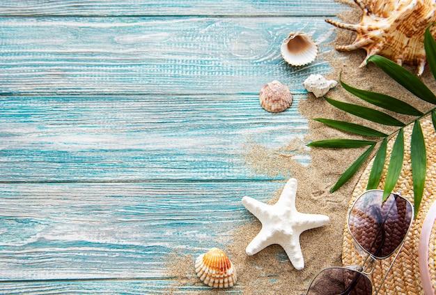 Muscheln auf sand. seesommerferienwand mit platz für den text. draufsicht