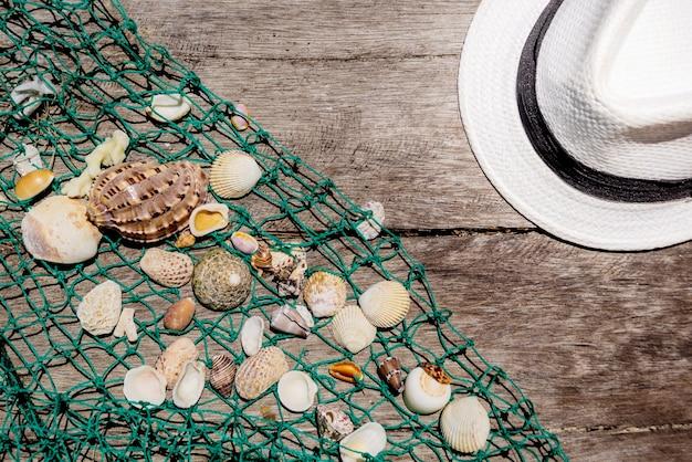 Muscheln mit fischernetz und hut