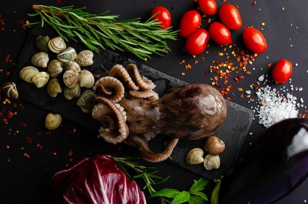 Muscheln mit krake auf schwarzem schiefer