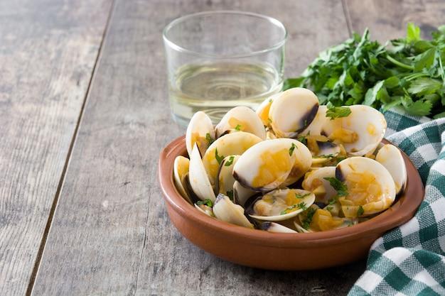 Muscheln mit marinerasoße spanisches rezept almejas a la marinera auf holztisch