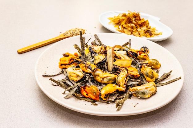Muscheln mit nori-algen, sesam und thunfisch-bonito-flocken