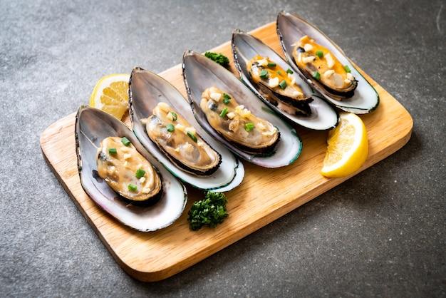 Muscheln mit zitrone und knoblauch