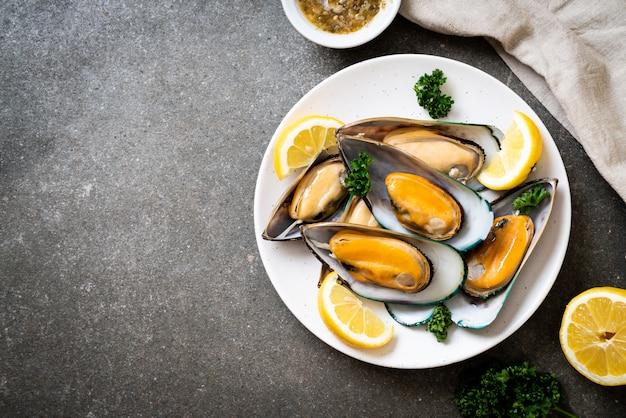 Muscheln mit zitrone und petersilie