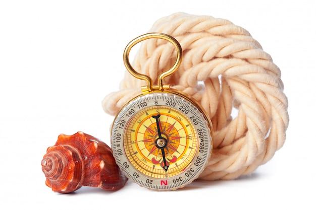 Muscheln und alten kompass, isoliert auf weiss