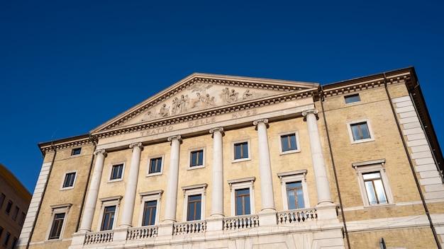 Muse theaterfassade mit blauem himmel