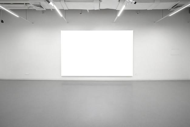 Museum für moderne kunst. innenraum der leeren galerie, weiße wände und graue böden