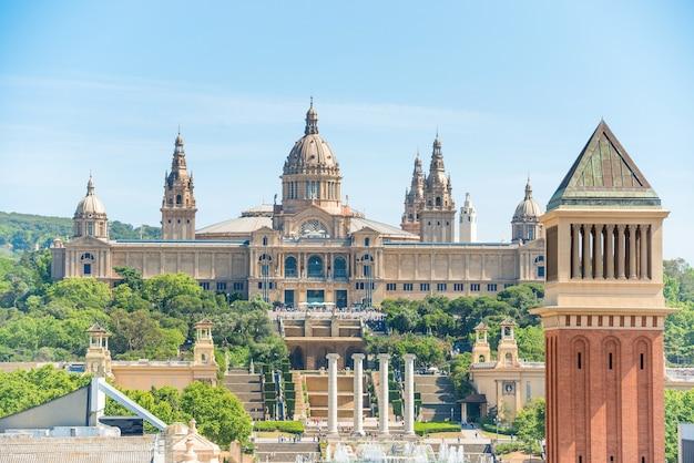 Museum für nationale kunst und venezianischer turm am placa de espanya in barcelona, katalonien, spanien