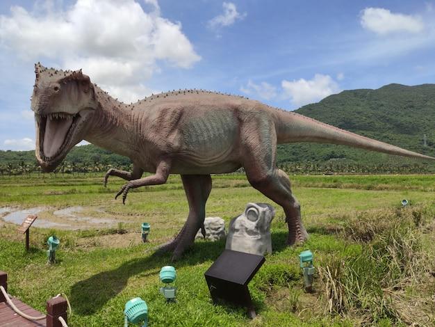 Museum mit historischen skulpturen von dinosauriern