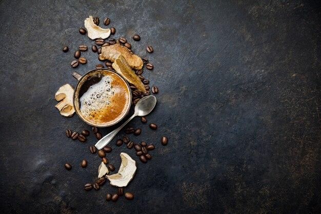 Mushroom chaga coffee superfood trend-trockene und frische pilze und kaffeebohnen im dunkeln