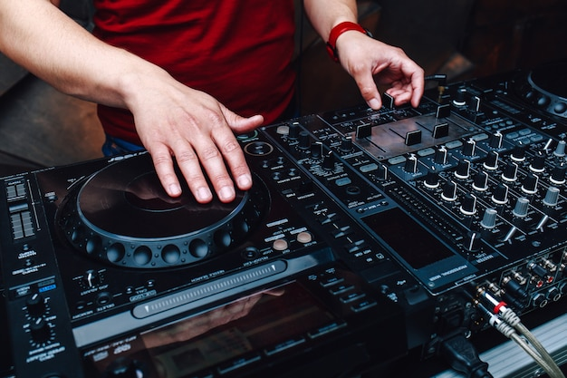 Musik aus vinyl. hands dj mixt musik im club während der veranstaltung