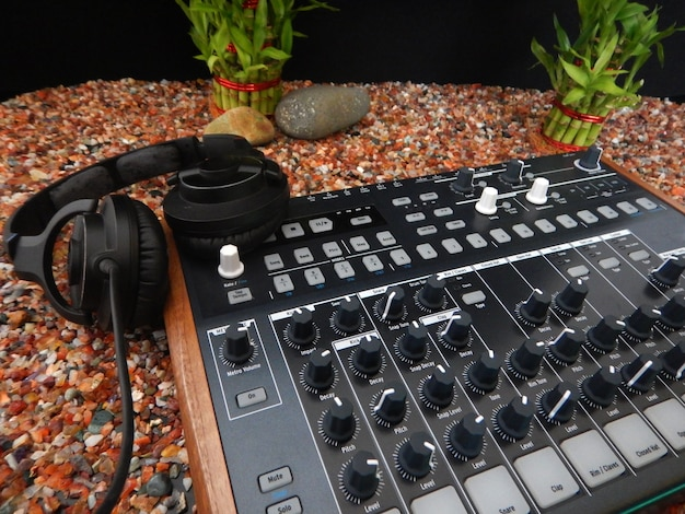 Musik-controller vordergrund, elektronisches musikinstrument oder audio-mixer oder sound-equalizer (analoger modularer synthesizer)