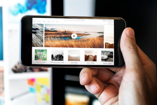 Musik-dampfende multimedia-hörende digital-tablet-technologie-konzept
