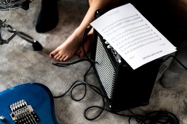 Musik, die mit einer musikalischen anmerkung übt