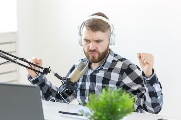 Musik-dj-blogging- und rundfunkkonzept männlicher radiomoderator mit einem lustigen ausdruck