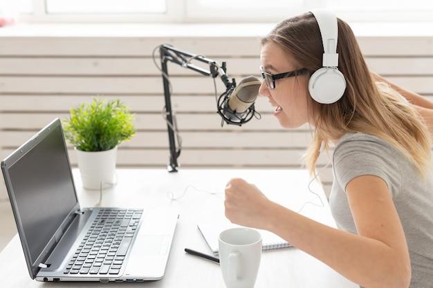 Musik-dj-blogging- und rundfunkkonzept weibliche radiomoderatorin mit einem lustigen ausdruck