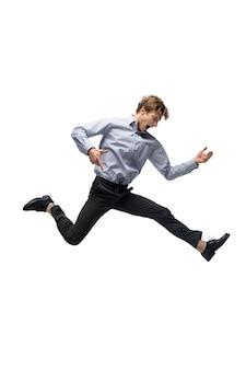 Musik. glücklicher junger mann, der in freizeitkleidung oder anzug tanzt und legendäre bewegungen und tänze von prominenten aus der kulturgeschichte neu macht. getrennt auf weiß. aktion, bewegung, ruhm-konzept. kreative beschäftigung.