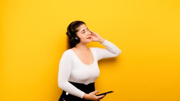 Musik hören, asiatisches mädchen, das gerne musik hört und die hand das telefon hält