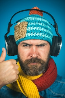 Musik hören konzept stilvoller bärtiger mann mit kopfhörern ruhiger bärtiger mann, der musik hört