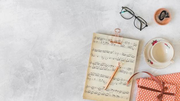 Musik in der nähe von präsentkartons und tasse auf teller