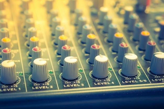 Musik-mixer schreibtisch mit verschiedenen knöpfen (gefiltertes bild verarbeitet v