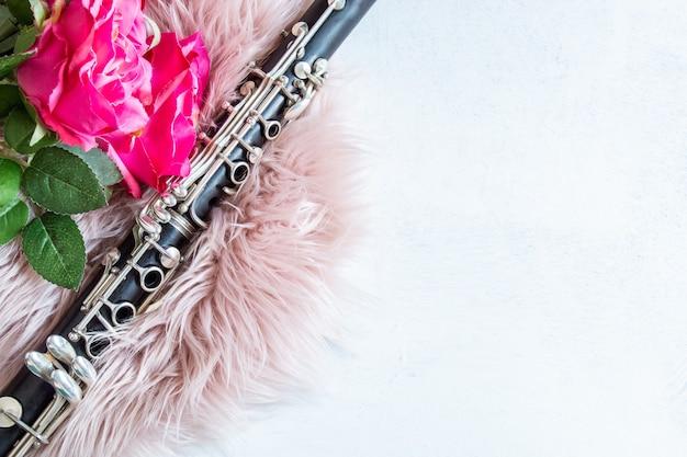 Musikalischer und romantischer hintergrund mit klarinette als musikinstrument