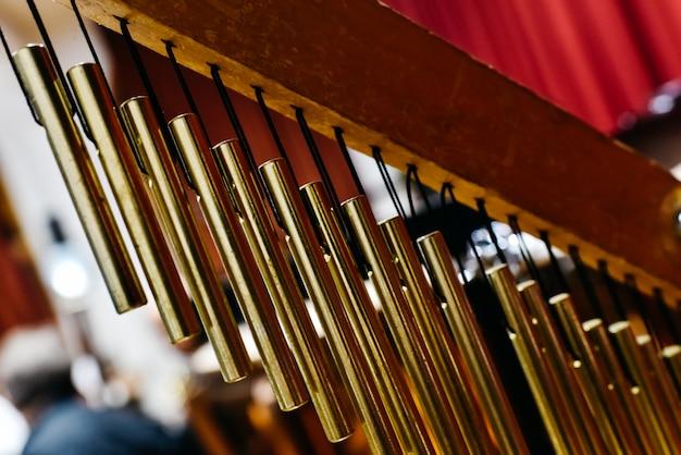 Musikalisches detail eines goldenen windchimes.