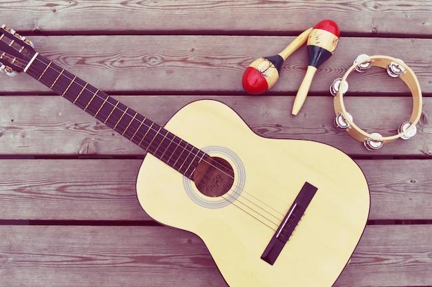 Musikalisches weinlesebild auf holzboden