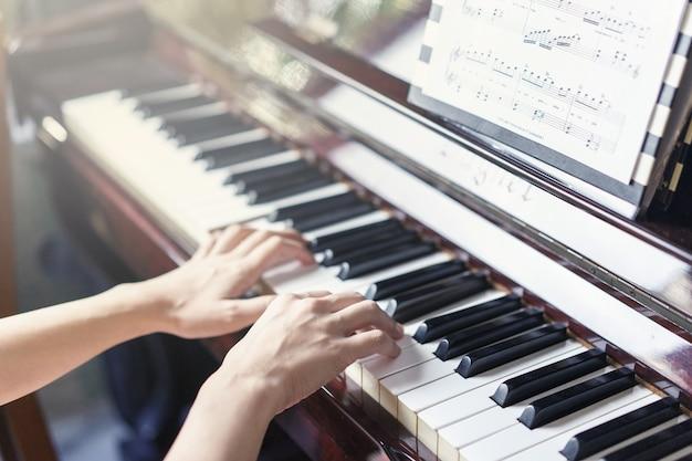 Musikalisches werkzeug des klavierjazzes, abschluss oben der klaviertastatur, klaviertastaturhintergrund mit selektivem fokus
