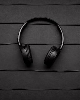 Musikarrangement mit schwarzen kopfhörern und kabeln