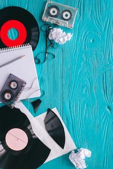 Musikaufzeichnungen und notizen auf holzuntergrund
