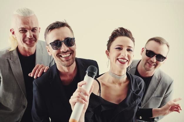 Musikband singt in karaoke