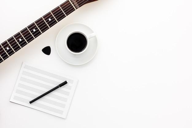 Musiker arbeiten mit gitarre, note und kopfhörern