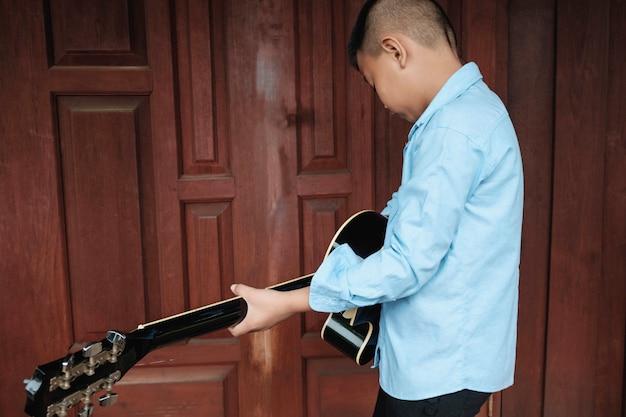 Musiker, die gitarre spielen