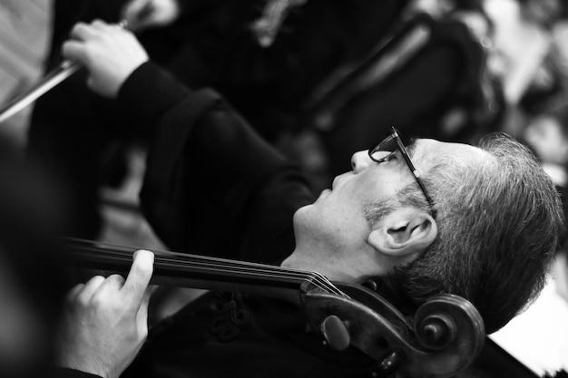 Musiker, die im konzertsaal von aram khachatryan auftreten