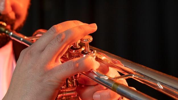 Musiker feiert jazz-tag