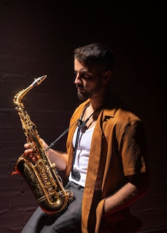 Musiker im rampenlicht mit einem saxophon