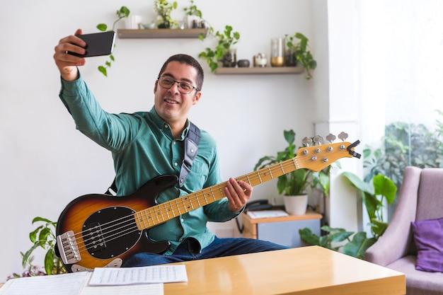 Musiker macht ein selfie mit seiner gitarre
