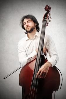 Musiker mit seinem kontrabass